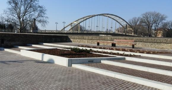 Győr, Dunakapu-tér látszóbeton támfalak, lépcsők, növénykazetták, ülőfelületek, szökőkút, medence és (Győr, Dunakapu-tér, 2014)