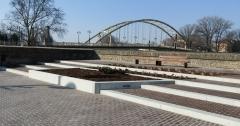 Győr, Dunakapu-tér látszóbeton támfalak, lépcsők, növénykazetták, ülőfelületek, szökőkút, medence és